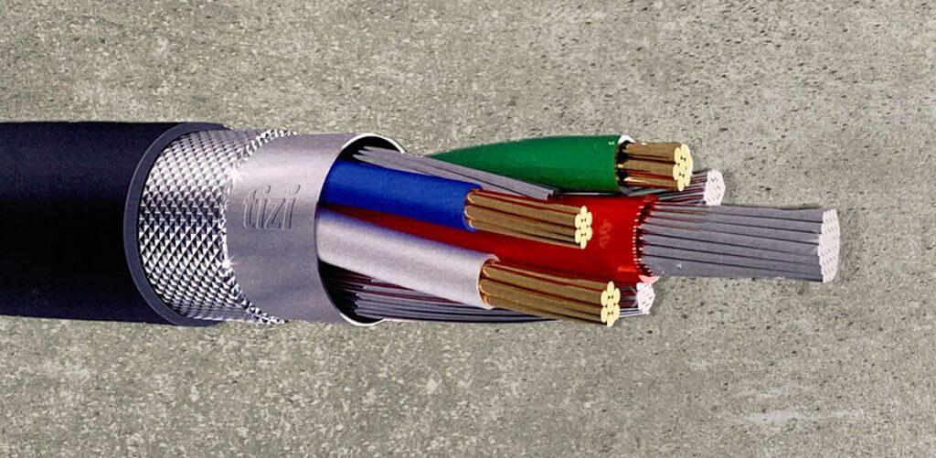 Mit diesem Kabelquerschnitt erkennt man gleich den dedizierten Leiter in der Mitte, der für das Laden vorgesehen ist. Darum sind die Kabel für die Datenübertragung und die Abschirmung angeordnet.