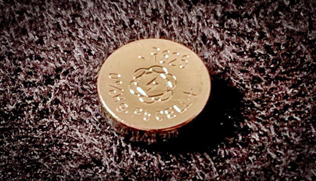 Dir Knopfzelle SR626SW findet man auch häufig unter den Bezeichnungen LR626, V377 oder ähnlichen (Foto: Sir Apfelot).