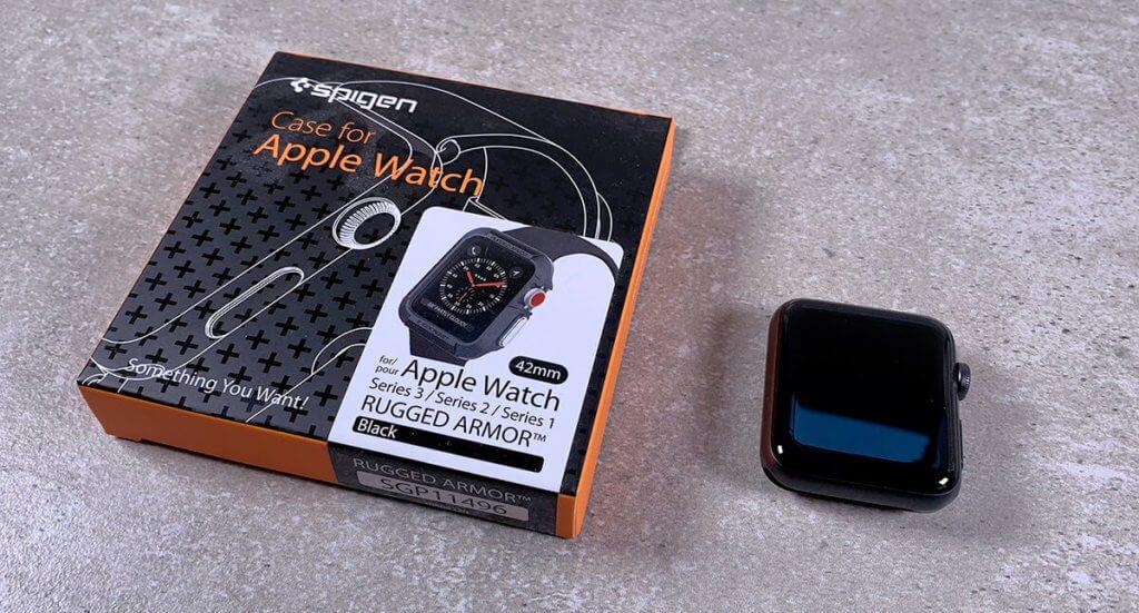Das Rugged Armor Case von Spigen schützt die Apple Watch (hier die Packung für Series 1 bis 3) von allen Seiten – nur frontal kann man das Display noch beschädigen (Fotos: Sir Apfelot).