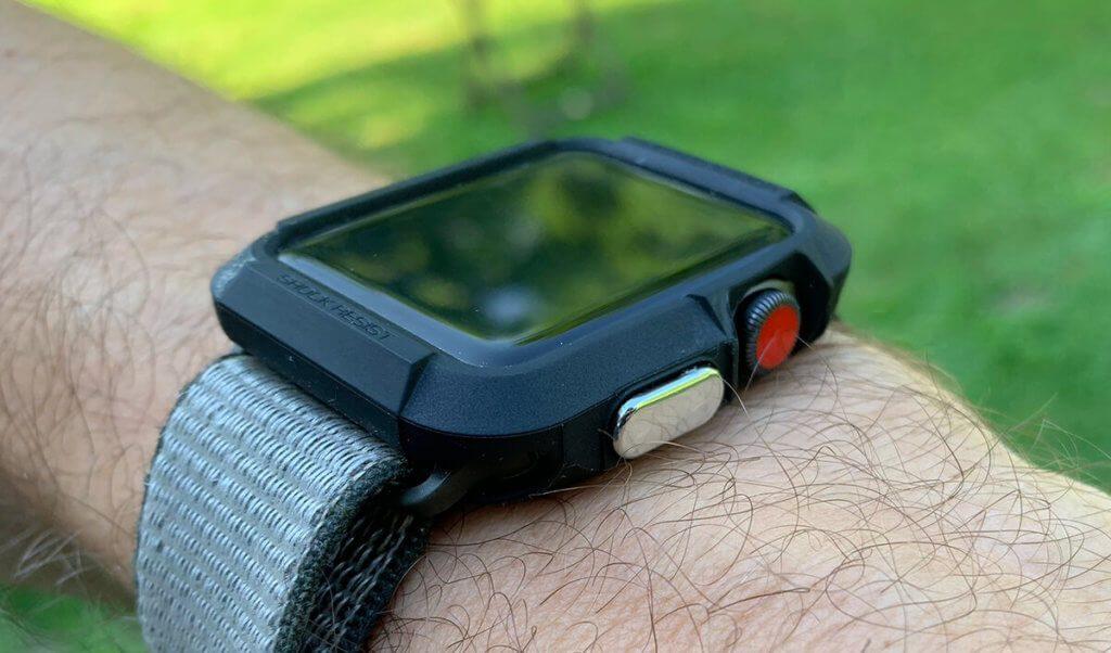 So sieht das Spigen Case mit meiner Apple Watch Series 3 von der Seite aus, wenn man es am Handgelenk trägt.
