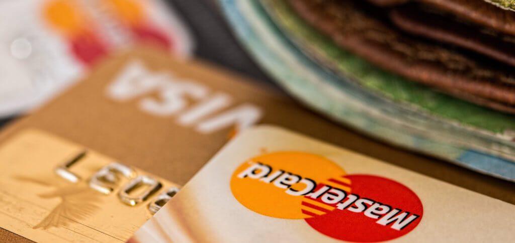 Eine RFID Geldbörse, also ein Portemonnaie mit NFC Schutz sorgt dafür, dass Betrüger keine Daten auslesen und kein Geld abbuchen können. Geldbeutel mit RFID Blocker für Damen, Herren und Kinder findet ihr hier.