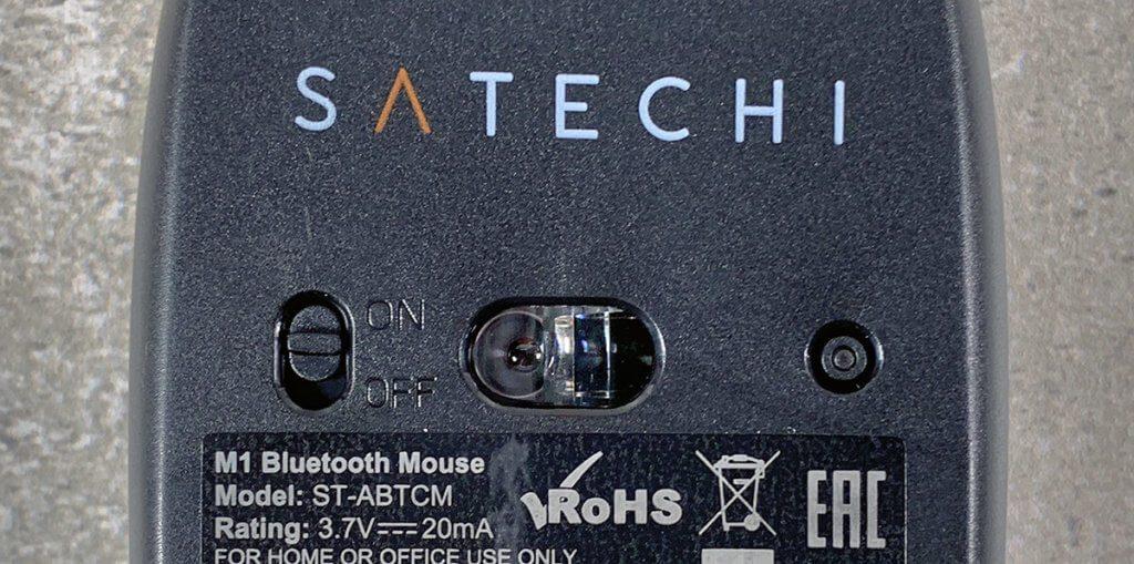 Satechi M1 von unten: Links findet sich der Ein- und Ausschalter, während rechts der Button für das Pairing zu sehen ist.