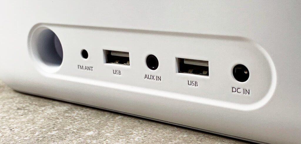 Auf der Rückseite des Wakey findet man zwei USB-A-Buchsen über die man zum Beispiel die Apple Watch und weitere Geräte aufladen kann.