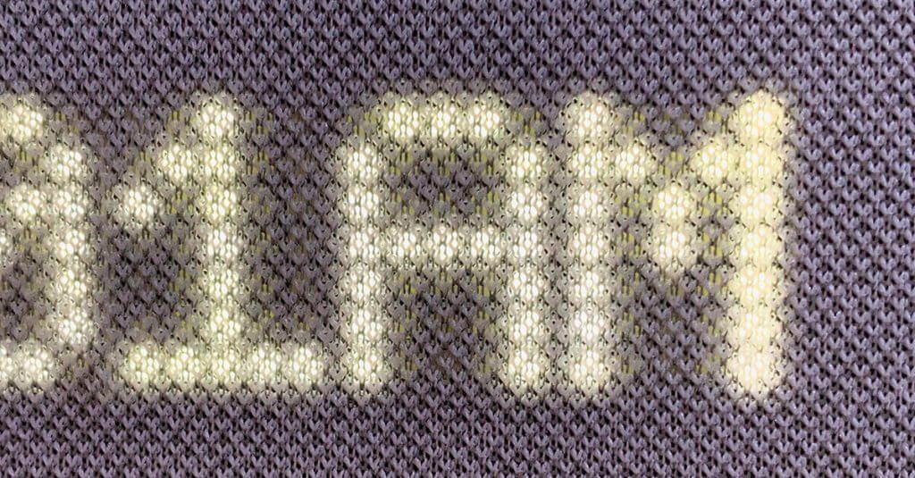 In der Detailaufnahme sieht man den Stoffbezug mit den dahinterliegenden LEDs. Diese sind leider selbst in der dunkelsten Stufe zu hell für das Schlafzimmer (Fotos: Sir Apfelot).