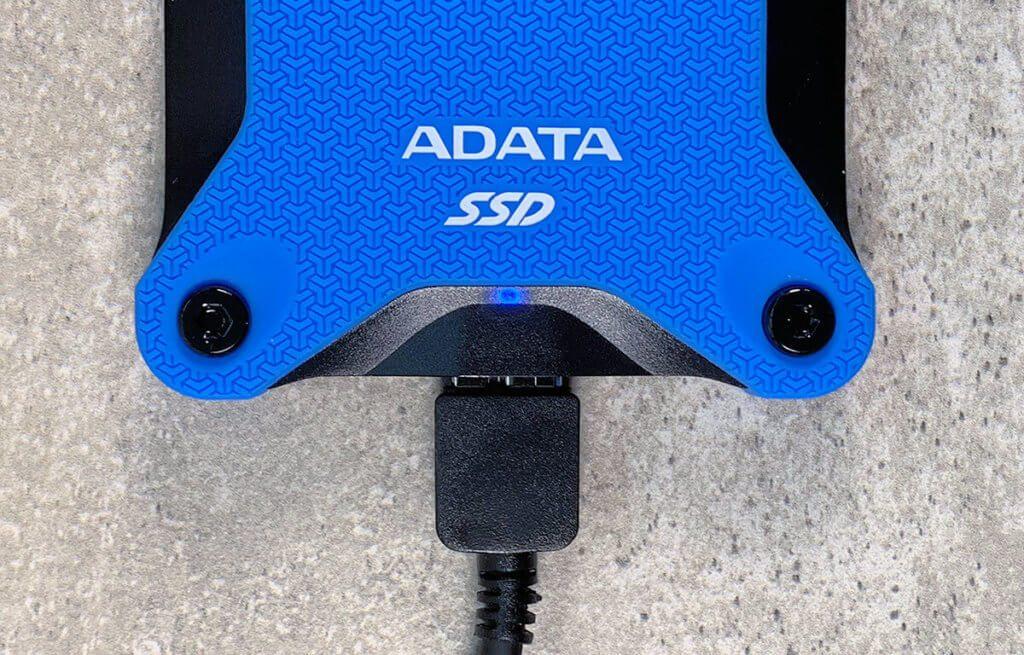 Im Gehäuse ist eine kleine blaue LED, die die Betriebsbereitschaft der ADATA SSD anzeigt.