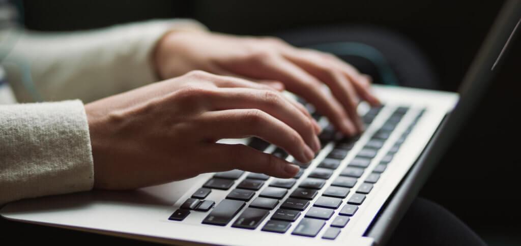 Mit Droppy könnt ihr große Dateien kostenlos hochladen und den Download-Link per E-Mail verschicken. Bis 5 GB ist das kostenlos und erfordert keine Registrierung. Details und Alternativen wie WeTransfer, FileMail und Firefox Send gibt's hier!