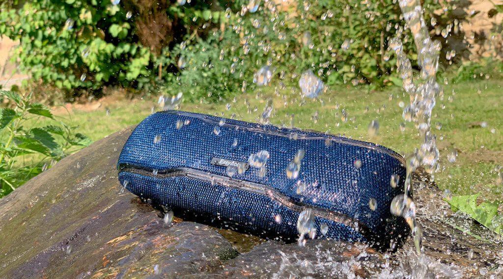 Gut zwei volle Giesskannen haben bei uns einen ordentlichen Regenguss simuliert… dem EasyAcc F10 hat das nichts ausgemacht. Nicht einmal die Klangqualität wurde von dem feuchten Stoffbezug beeinträchtigt.