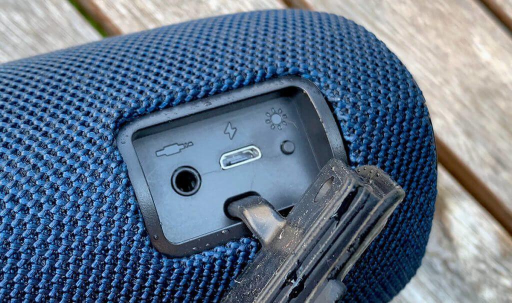 Der Bluetooth-Lautsprecher hat gut 10 Minuten im Gartenteich verbracht, aber die Buchsen im Rückfach sind trocken. Die Abdeckung aus Gummi schützt offensichtlich erfolgreich vor eindringendem Wasser.