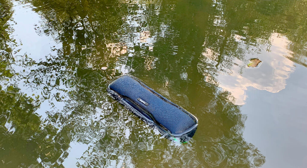 Dadurch, dass der EasyAcc F10 seinen Schwerpunkt auf der Rückseite hat, dreht er sich im Wasser immer mit den Lautsprechern nach oben, sodass man im Pool (oder Gartenteich) seine Musik ohne Einschränkungen hören kann (Fotos: Sir Apfelot).