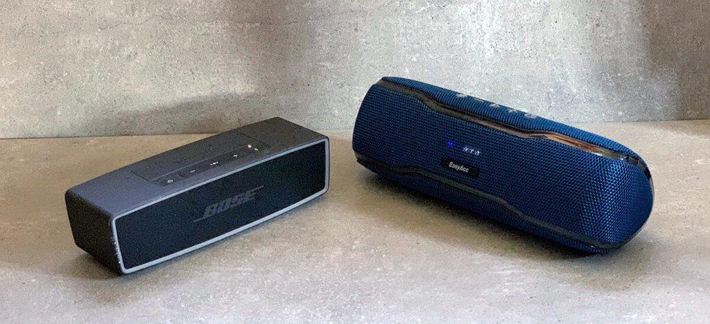 Links der Bose Soundlink Mini und rechts der EasyAcc F10, der nur ein Drittel des Preises kostet.