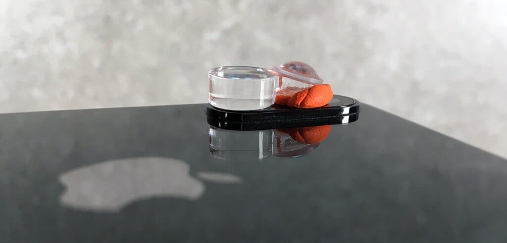 Mit dem wiederlösbaren Knete-Kleber lässt sich der Snugle schnell und unkompliziert am iPhone anbringen.