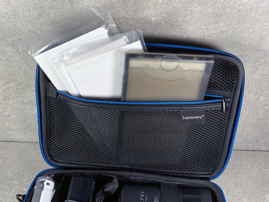 Im Deckel des Supremery-Case findet sich ein Fach, das mit einem Reißverschluß versehen ist. Dort lassen sich Fotopapier und Patronen gut unterbringen.