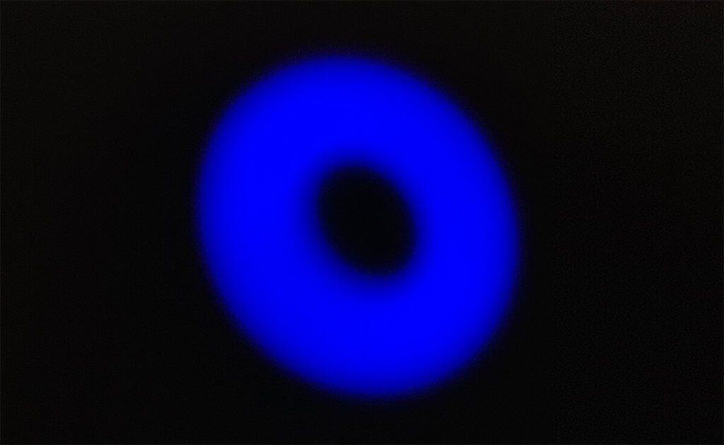 EIn blauer, radioaktiver Donut? Nein, es ist nur der Leuchtring am PowerPort III, der anzeigt, dass das Gerät mit Strom versorgt wird.