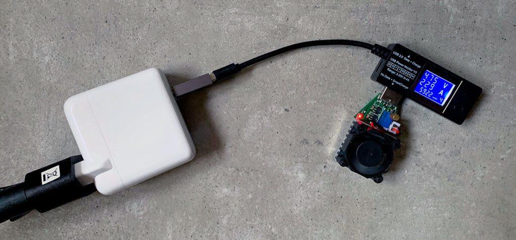 Ich habe auch mal versucht, mit einem USB-Lastwiderstand das Netzteil an seine Grenzen zu bringen, aber bei 5 Volt und ca. 3,5 Ampere fing der Widerstand an, sehr komisch zu riechen. An der Stelle habe ich den Versuch abgebrochen.