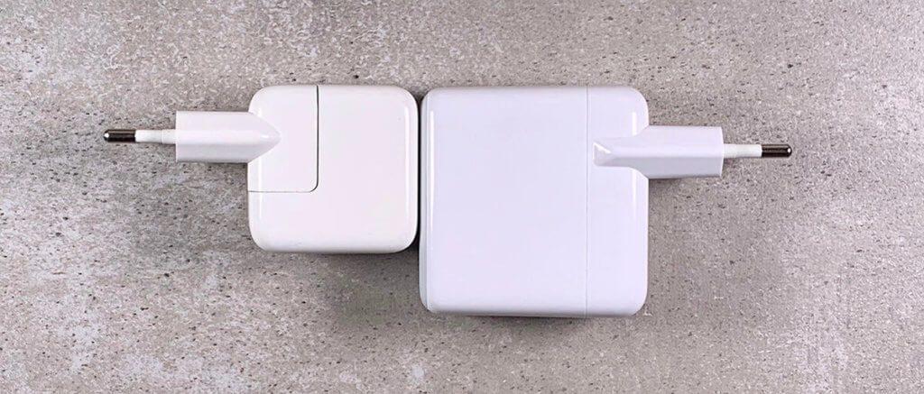 Links sieht man das 12W iPad Netzteil von Apple, rechts den Anker PowerPort III, der die 5-fache Leistung bietet aber nur etwas größer ist.
