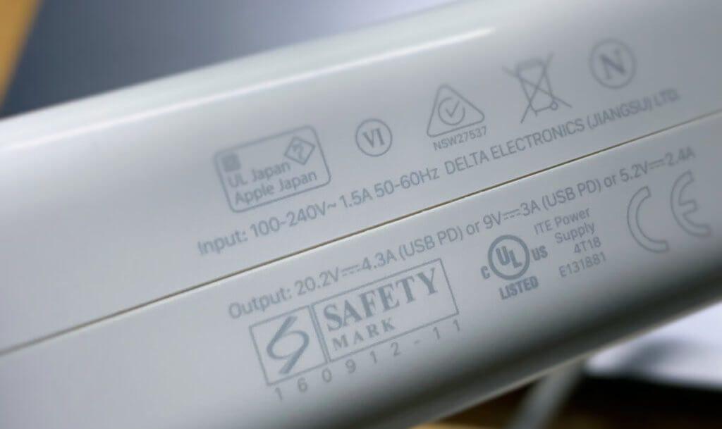 Der Aufdruck auf dem Netzteil weist es mit 20 Volt und 4,3 Watt als 86 Watt-Gerät aus. Das ist deutlich mehr, als mein MacBook Pro in der Praxis tatsächlich benötigt (Fotos: Sir Apfelot).