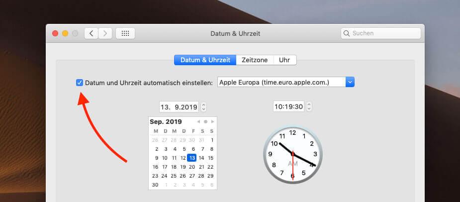 Oben links setzt man das Häkchen, um Datum und Uhrzeit automatisch von einem Apple-Timeserver zu beziehen.