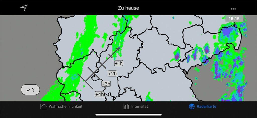Die Radarkarte nutze ich persönlich am häufigsten, um zu sehen, ob dicke Regenwolken im Anlauf sind. Mit dem Pfeil sieht man die RIchtung, aus der die Niederschläge kommen und die Zeitangaben geben Auskunft, wann man mit dem Eintreffen rechnen muss.