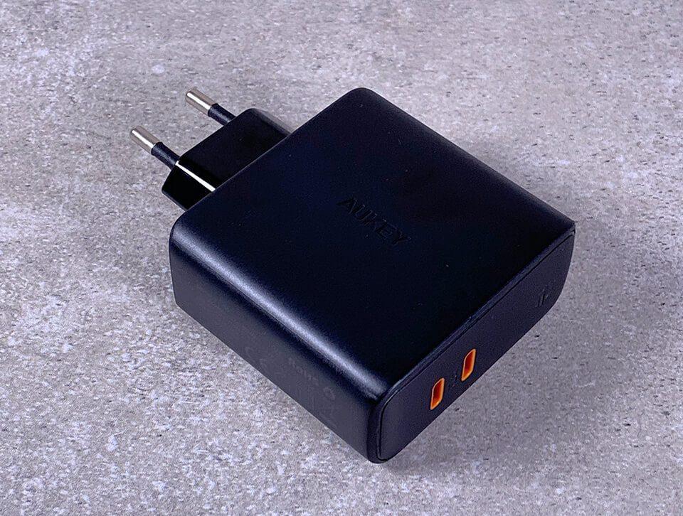 Das Aukey PA-D5 ist ein 60 Watt Dual-Port USB-C Ladegerät, das sogar das MacBook Pro ohne Geschwindigkeitseinbußen aufladen kann (Fotos: Sir Apfelot).