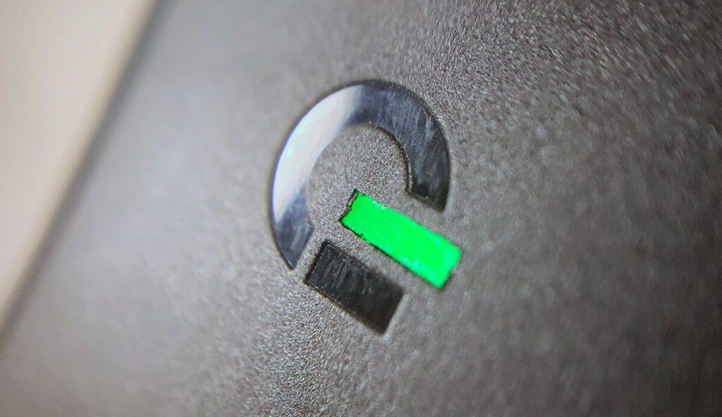 Die Status LED an USB-C Netzteil leuchtet grün, wenn das Gerät mit Strom versorgt wird.