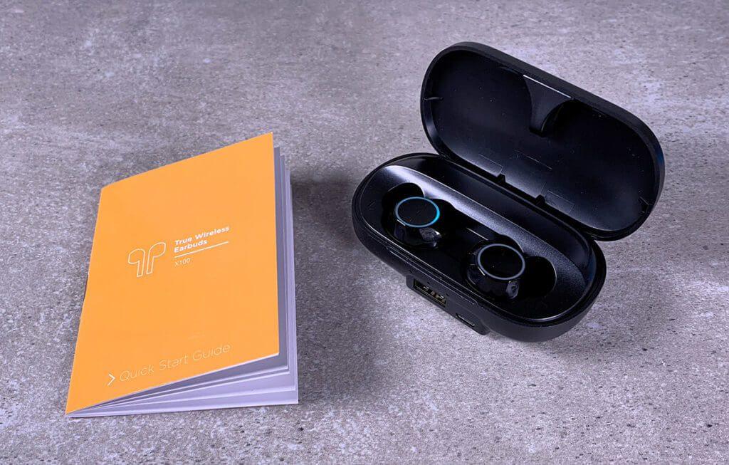 Auf dem Foto: Der Quickstart-Guide (auch in DE) und die X100 im Ladecase.