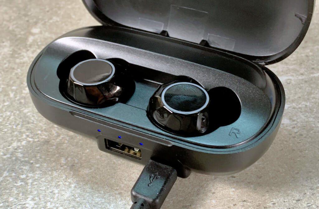 Das Ladecase wird mit einem Micro-USB-Stecker (schade, kein USB-C!) gespeist. Möchte man es als Powerbank nutzen, kann man ein USB-A-Ladekabel in den anderen Port stecken.