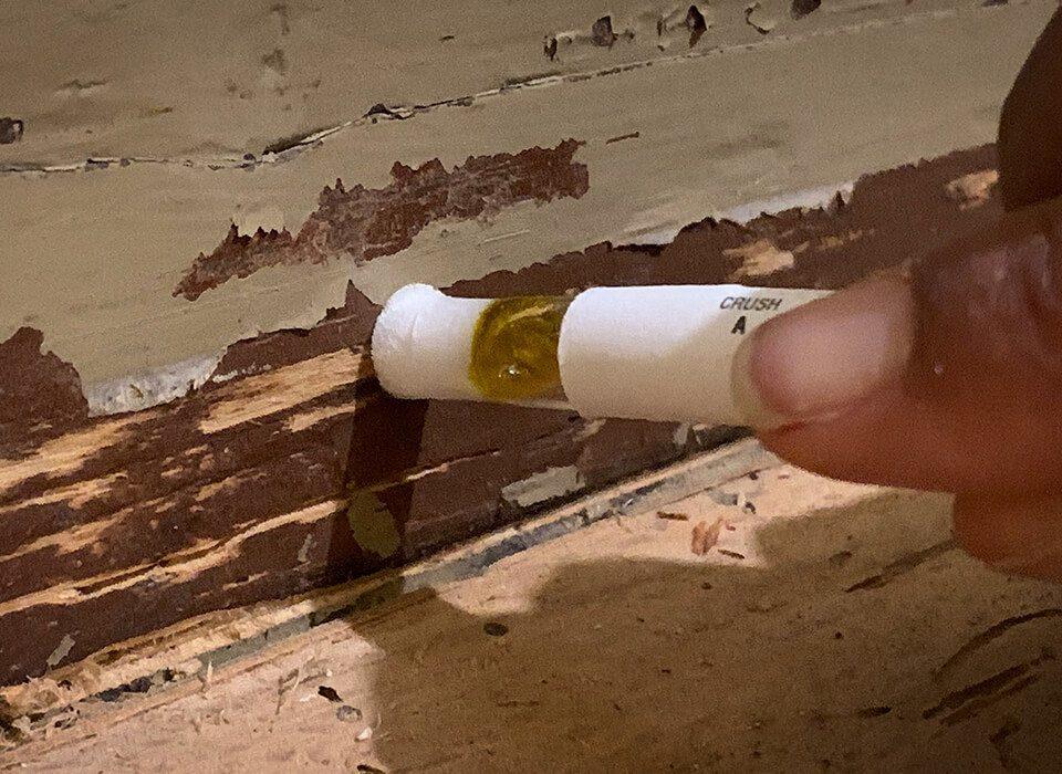 Nun reibt man den Tupfer möglichst über alle verschiedenen Farbschichten, um alle zu testen.