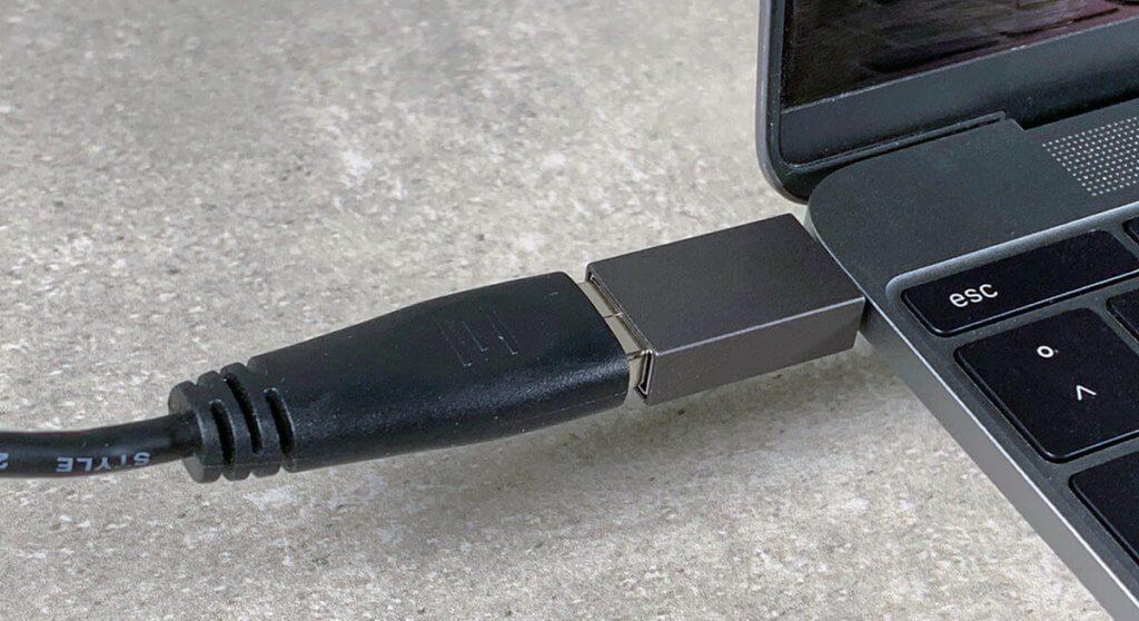 Die meisten werden Adapterstecker nutzen, um ihre alten USB-A-Geräte mit den neuen USB-C-Ports zu verbinden. Allerdings hat diese Lösung zwei gravierende Probleme.