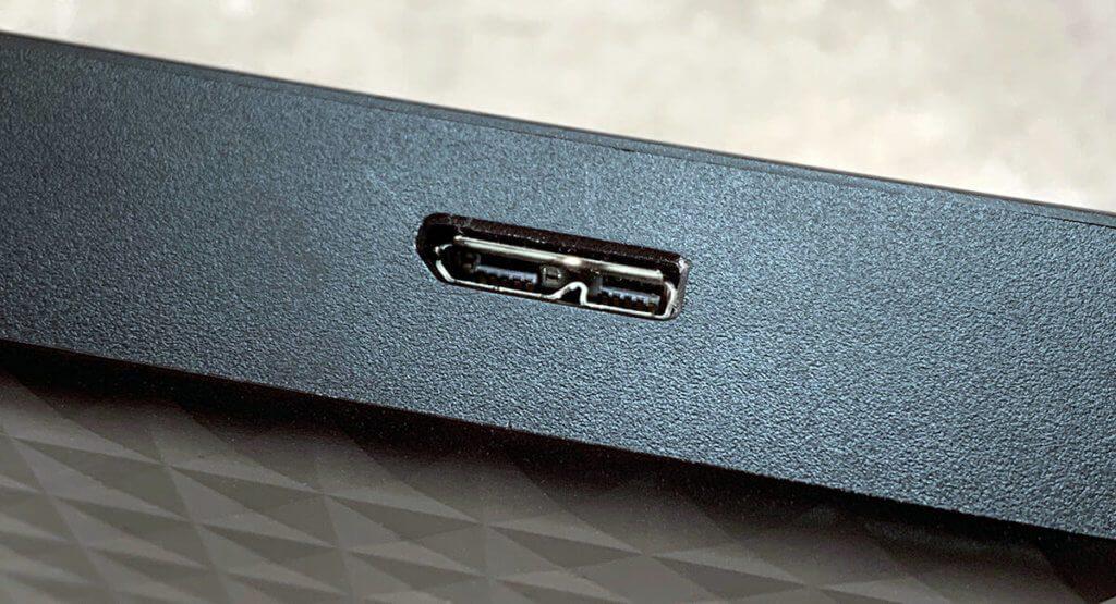 An vielen Festplatten findet man eine Micro-USB Typ B Buchse, die mit einem USB-Kabel mit dem Computer verbunden wird (Fotos: Sir Apfelot).