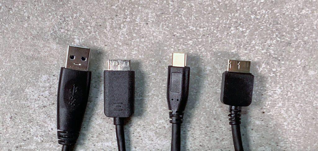 Links ist das USB-A-auf-Micro-USB-B-Kabel und rechts das USB-C-auf-Micro-USB-B-Kabel.