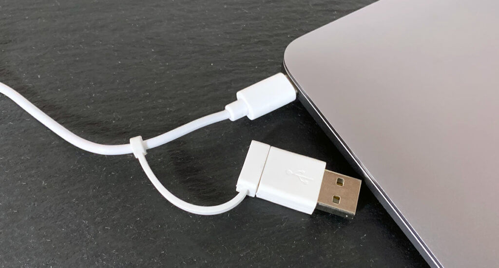 Der USB-Adapter ist fest am Kabel und damit immer dabei – man kann ihn einfach nicht vergessen oder verlieren (Fotos: Sir Apfelot).
