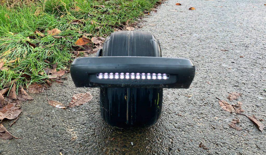 """Die Front-LED des Onewheel Pint sind eher zum """"Gesehen werden"""". Zur Ausleuchtung des Weges greife ich lieber auf eine helle Stirnlampe zurück."""