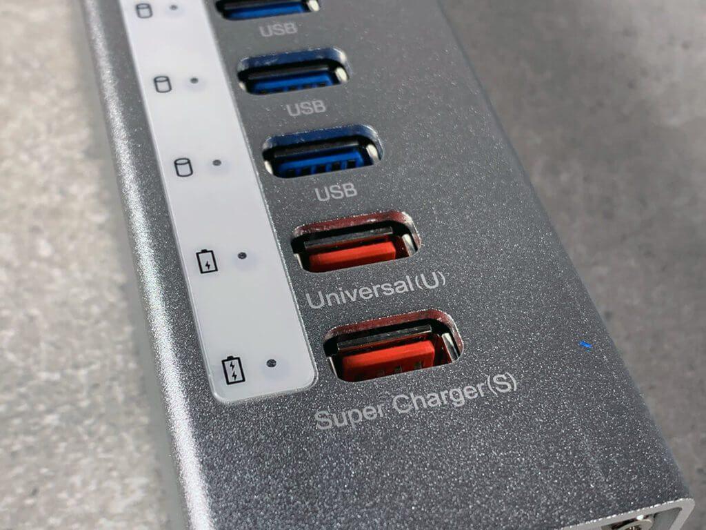 Praktisch: Am Hub ist sogar ein Super Charger Port, mit dem man seinen Tesla aufladen kann! Nein… war nur Spaß… mit 2,4 A Leistung reicht es aber selbst für die großen iPad Pro Modelle und riesige Powerbanks..