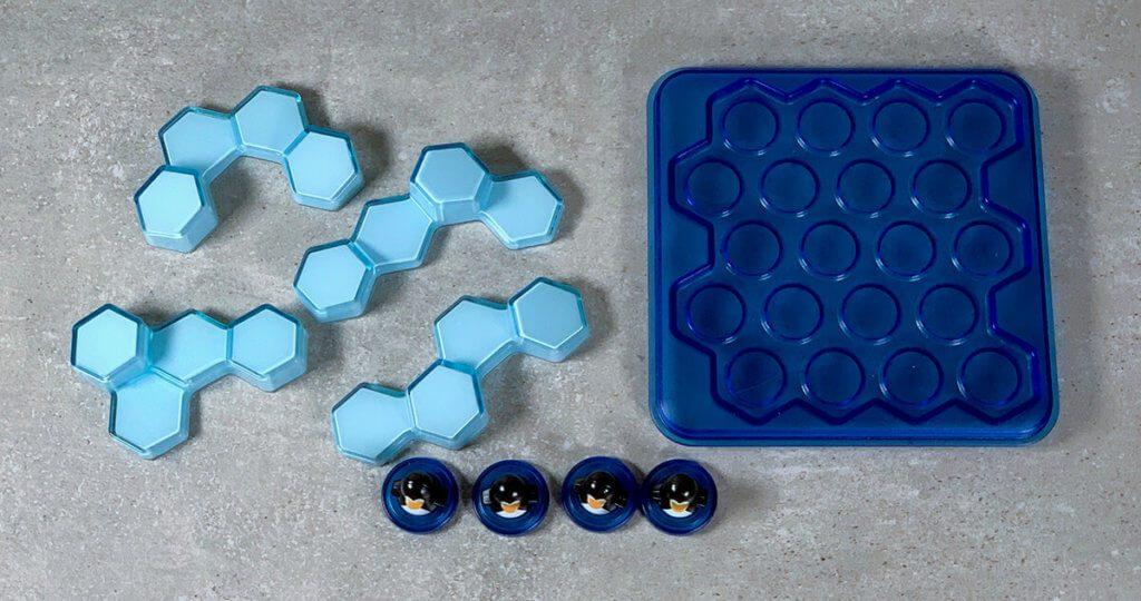 Alles, was man zum gepflegten Knobeln benötigt: Pinguine, Eisberge und ein Spielfeld auf dem man alles unterbringen muss.