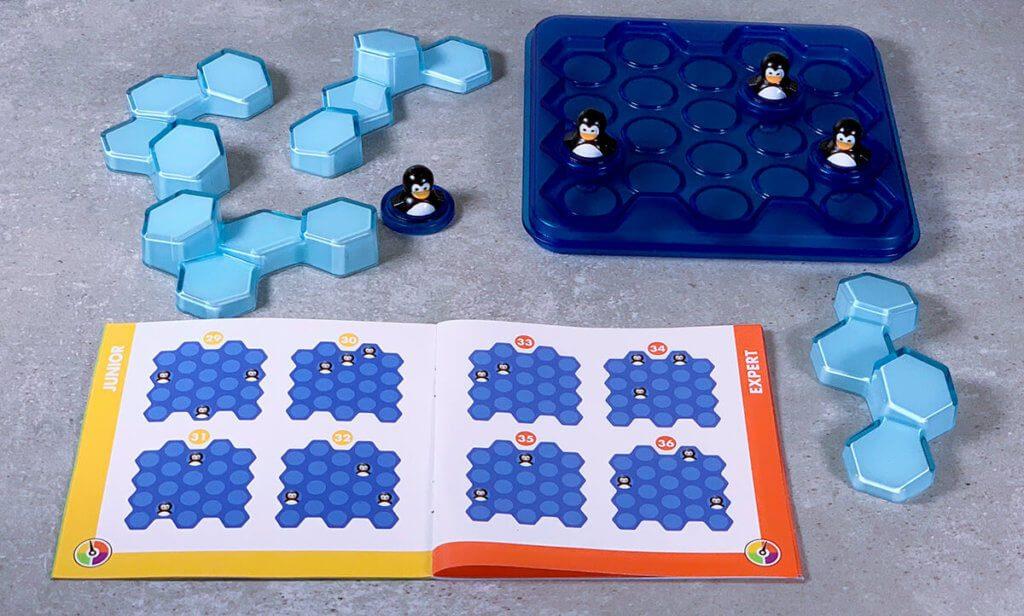 In dem beiliegenden Heftchen sind 60 Aufbaumöglichkeiten für die Pinguine. Wie die Eisblöcke eingesetzt werden, ist das Rätsel. Aber für ganz verzweifelte Momente gibt es hinten im Heft auch die Lösungen.