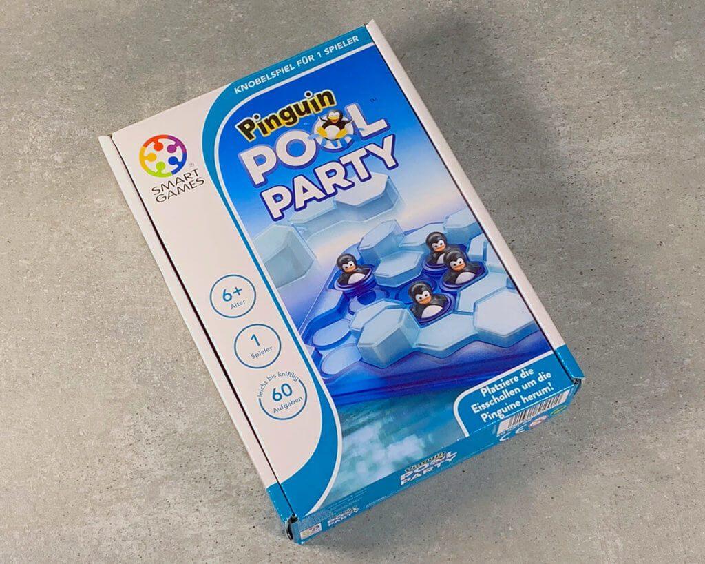 Das Spiel Pool Party von Smart Games ist ein Highlight in unserem Spieleschrank geworden. Wenn man mal keine Lust mehr auf Sudoku und Tangram hat, bietet sich hier eine neue Spiel-Erfahrung an.