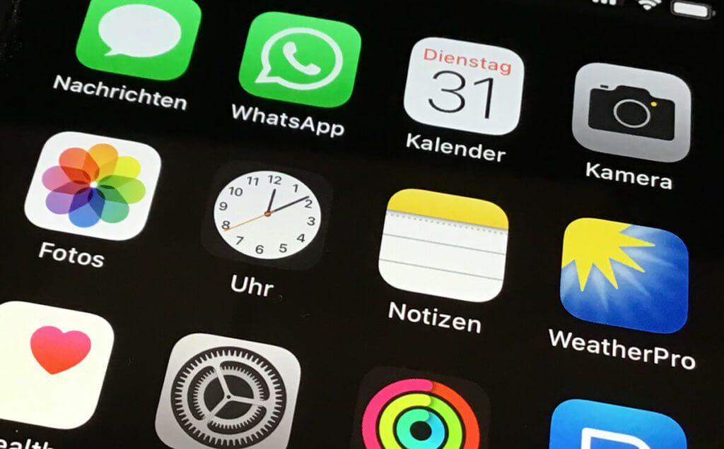 Das Icon für die Uhr am iPhone hat seit iOS 7 animierte Zeiger, die die aktuelle Uhrzeit sekundengenau darstellt.