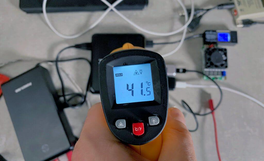 Mit knapp 42 Grad Celsius ist die tizi Tankstation Pro selbst unter Last nicht mehr als lauwarm. Das Gerät hat wirklich große Leistungsreserven.