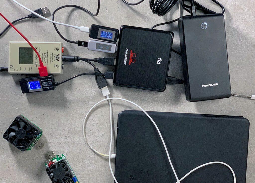 Der Aufbau für meinen Test sieht etwas chaotisch aus, aber es war auch nicht so einfach, über 100 Watt an Verbrauchern zusammen zu bekommen, um die Tankstation Pro an ihre Grenzen zu bringen.