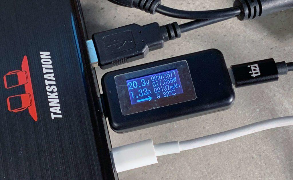 Am 2. USB-C-Port, der 30 Watt liefert, konnte ich mit meiner USB-C-Powerbank, die normalerweise über 40 Watt Leistung zieht, nur 27 Watt abrufen. Trotz dieser kleinen Einschränkung liefert das Netzteil insgesamt sogar über 90 Watt (siehe unten).