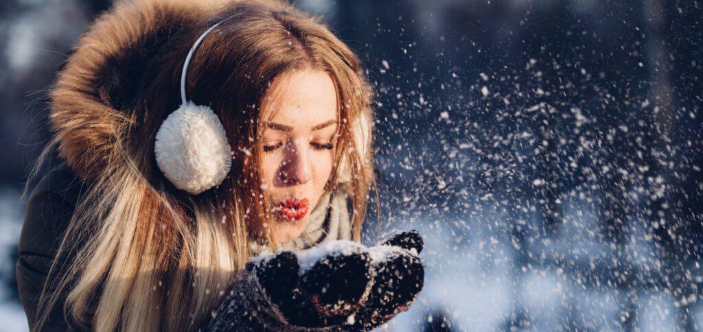 Beim Spazieren oder Drohne fliegen, nach der Schneeballschlacht oder Rodeln, oder was ihr sonst im Winter draußen macht – ein Handwärmer oder Taschenwärmer ist das beste Mittel gegen kalte Hände!