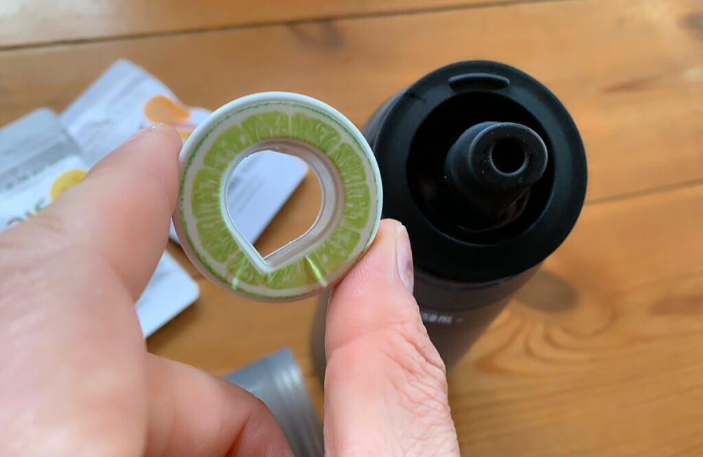Die Duft-Pod-Ringe werden auf das Mundstück aufgesteckt. Durch eine Verbindung wird beim Trinken Luft durch den Duft-Pod angesaugt.