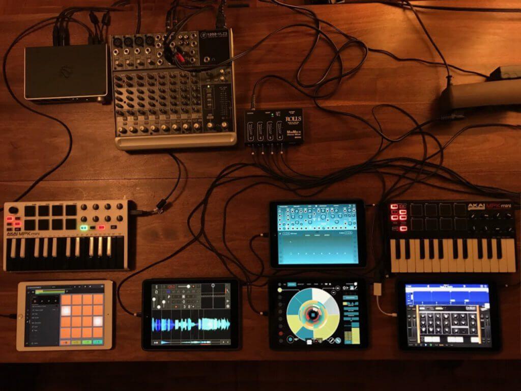 Das Setup von Anil Macwan; hier nicht zu sehen sind natürlich die weiteren Instrumente wie E-Gitarre und Schlagzeug.