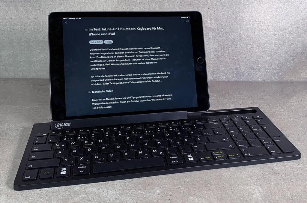 Das iPad lässt sich bequem in den klappbaren Halter stecken und sich vom Neigungswinkel leicht anpassen.