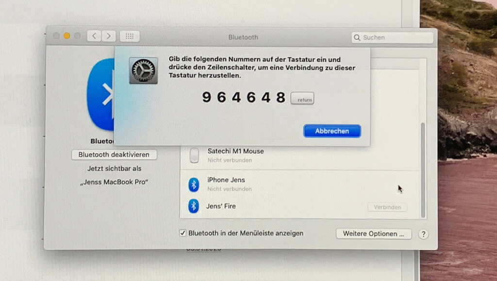 Unter macOS gibt man beim ersten Koppeln der Tastatur einen 6-stilligen Code ein, den der Mac vorgibt.