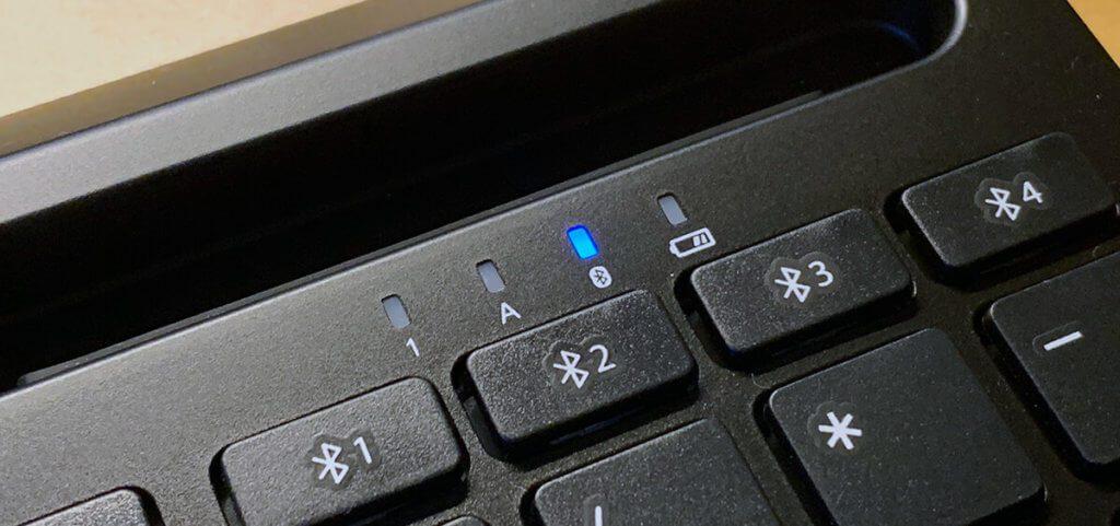 """Die LEDs geben Hinweise bei der Verwendung. Hier ist das Pairing-Symbol an, weil die Tastatur auf ein Gerät wartet. """"1"""" leuchtet, wenn der Nummernblock aktiv ist und """"A"""" leuchtet bei aktivierter Feststelltaste. Das Batteriesymbol erklärt sich von selbst, denke ich."""