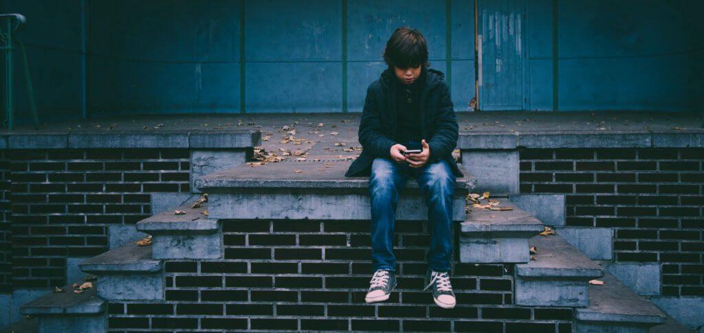 BVKJ-Empfehlung: 45 Minuten pro Tag Bildschirmzeit für Kinder bis 10 Jahre. Bei zu viel Handynutzung durch Heranwachsende können diese Schäden davontragen.