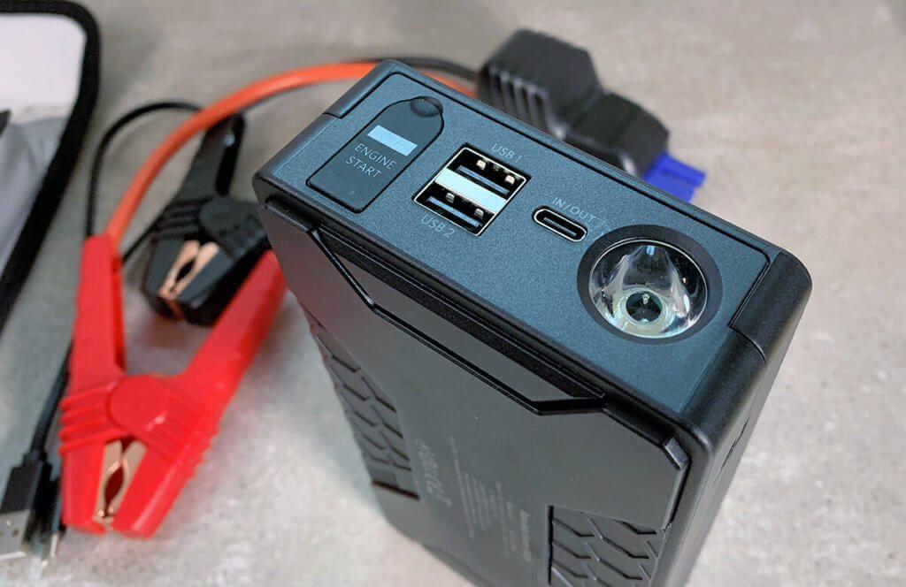 Die Roav Powerbank verfügt über zwei USB-A-Ausgänge und einen USB-C Ein- und Ausgang, sowie über eine LED-Taschenlampe. Links im Foto ist die abgedeckte Buchse, in die das Kabel mit den Batterieklemmen eingesteckt wird.
