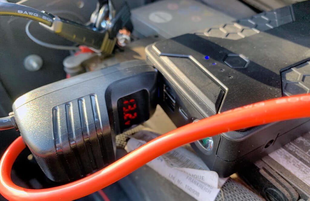 Die Spannungsanzeige informiert über den Zustand der Starthilfe-Powerbank und zeigt nicht die Spannung der Autobatterie an..