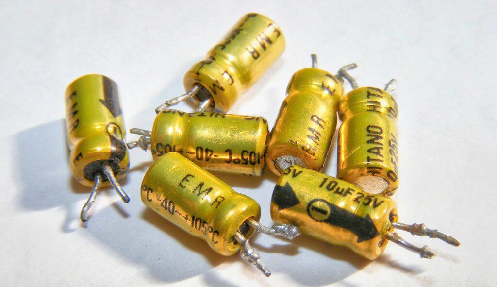 Übliche Elektrolyt-Kondensatoren haben zuwenig Kapazität für technische Anwendungen wie eine batterielose Starthilfe (Foto: Emilian Robert Vicol/Pixabay).